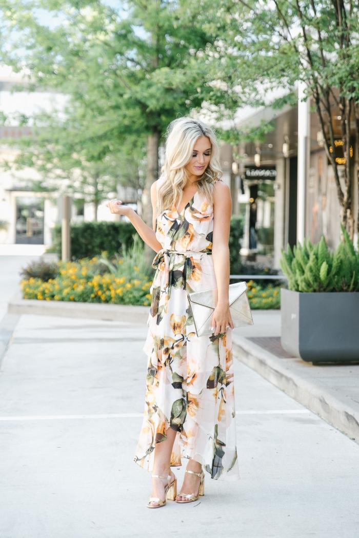 robe invité mariage été pochette argent sandales métallisées talons robe ceinturée fluide robe longue blanche motifs fleurs en orange et noir