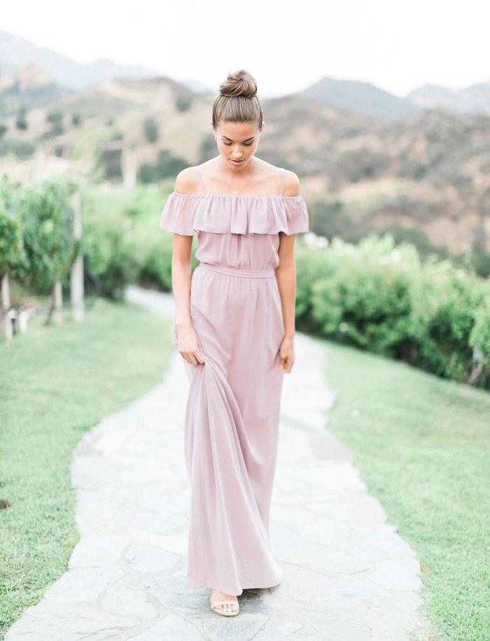 robe longue de soirée idée tenue femme invitée mariage champêtre robe couleur lavande fluide col bateau bretelles fines
