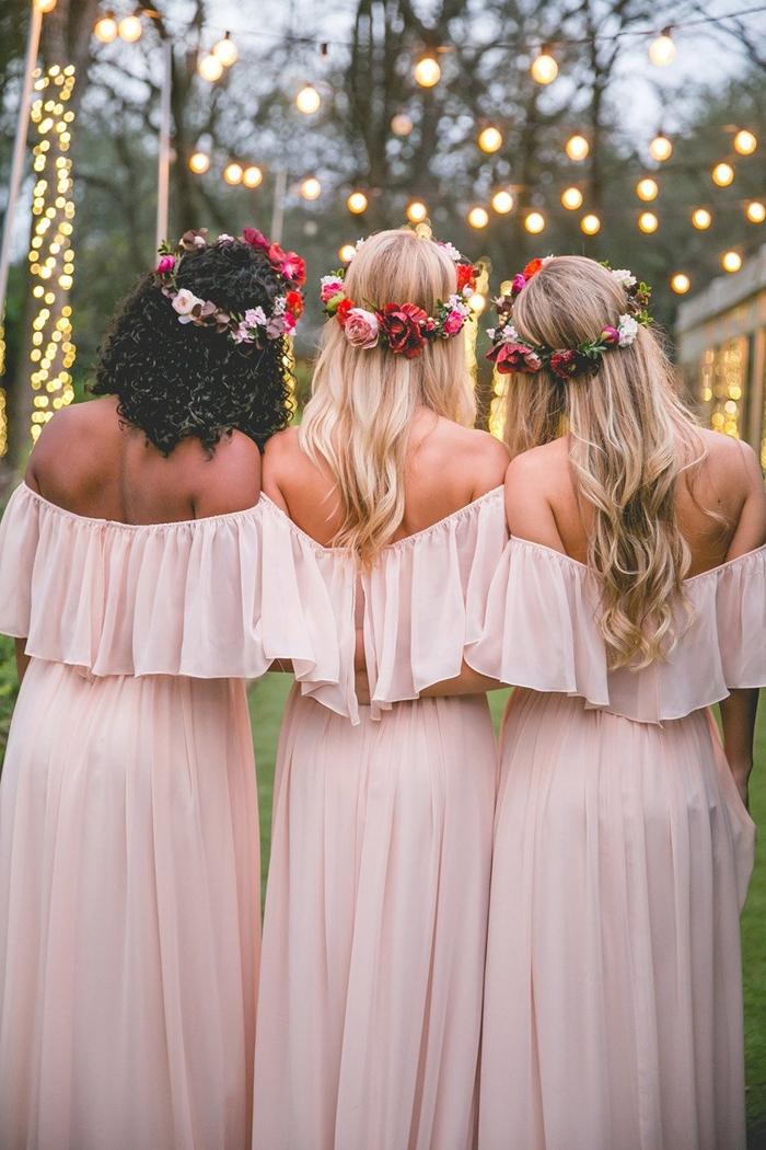 robe pour mariage invité campagne style champêtre mariage bohème coiffure cheveux longs couronne fleurs robe rose pastel