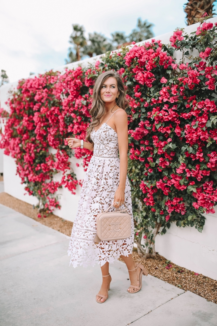 robe transparente longueur cheville tenue pour assister à un mariage été sac à main rose pâle robe dentelle blanche bustier coeur sandales talons