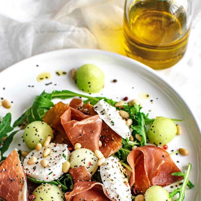 roquette mozzarella pamplemousse prosciutto graines de sesame et autres graines salades composées originales entrées froides