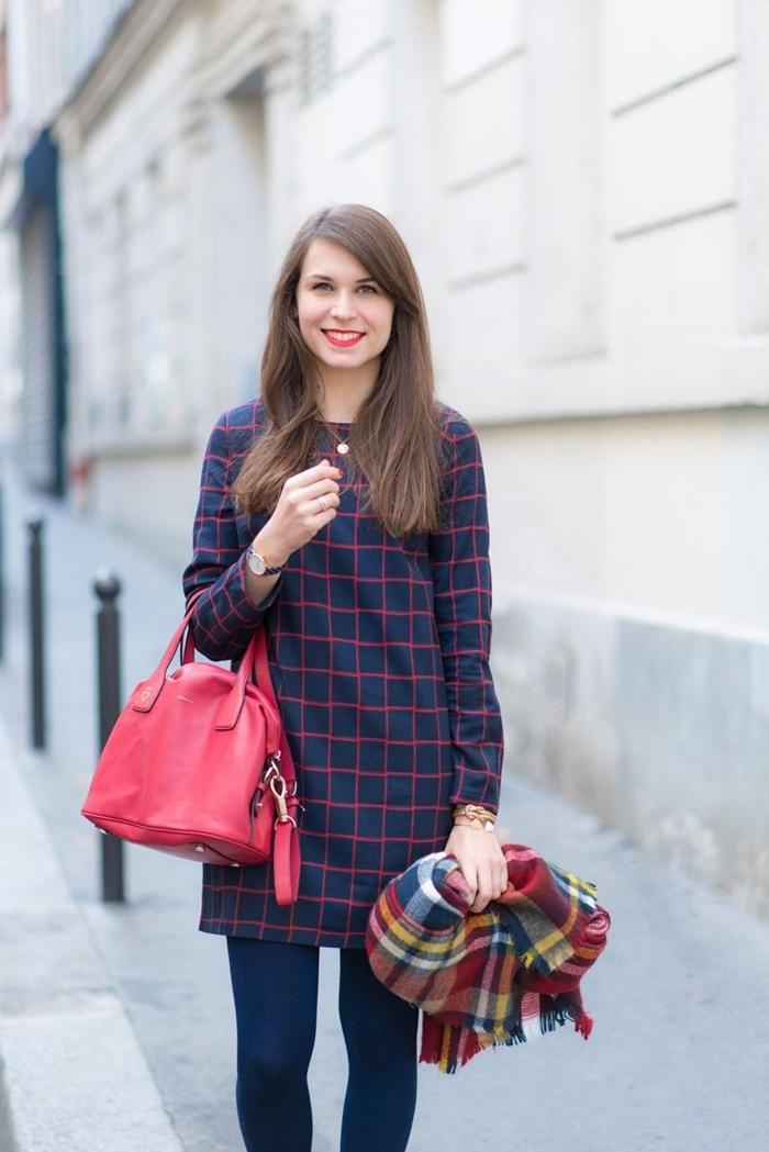 sac à main cuir rouge robe femme habillée tunique bleu marine motifs carreaux rouge écharpe plaid rouge et bleu marine