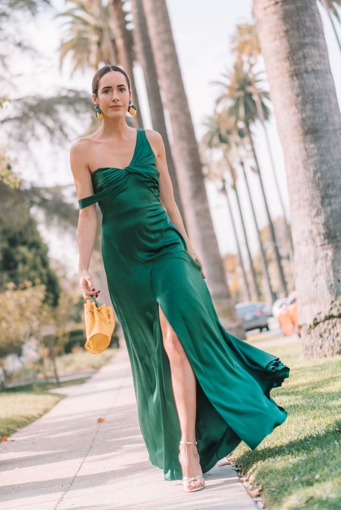 sac à main jaune sandales talons en argent robes de soirée chic et classe boucles d oreilles pendentifs robe vert foncé longue fendue