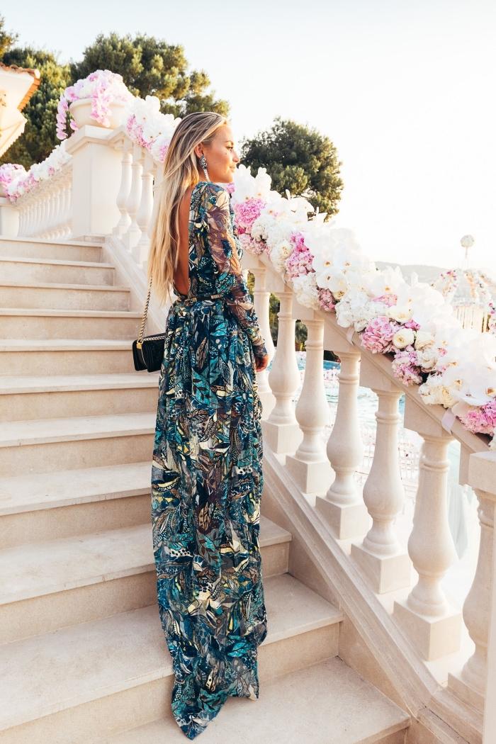 sac bandoulière chaîne or robe longue bleu et blanc imprimés dos ouvert manches longues robe bohème chic pour mariage