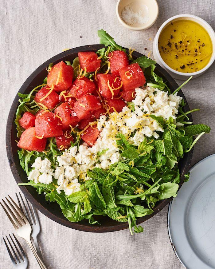 salade à la roquette avec e la menthe feta et des tranches de pasteque salade composée facile et roiginale