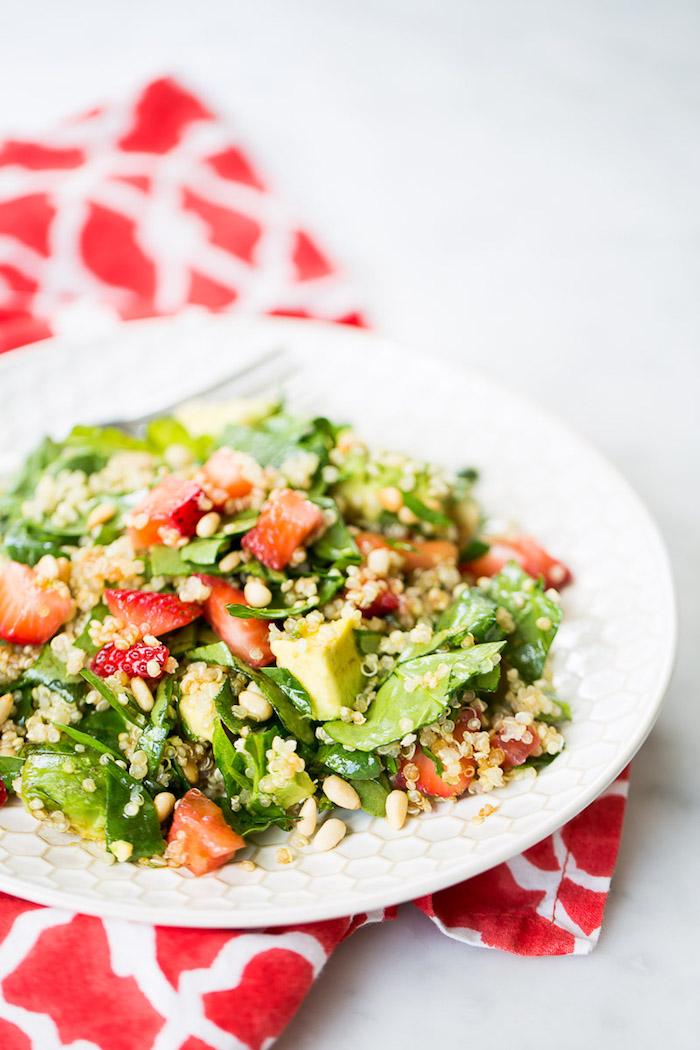 salade aux épinards avec des fraises quinoa et autres graines