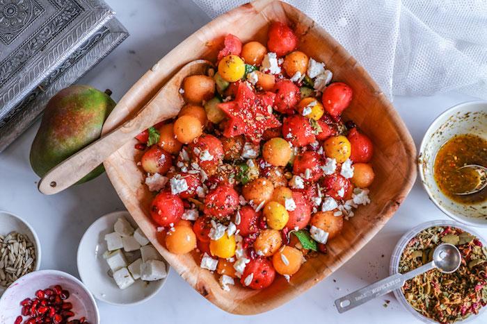salade aux melongs mangue et herbes fraiches garnie de miettes de feta recette fraicheur simple et rapide à la menthe fraiche