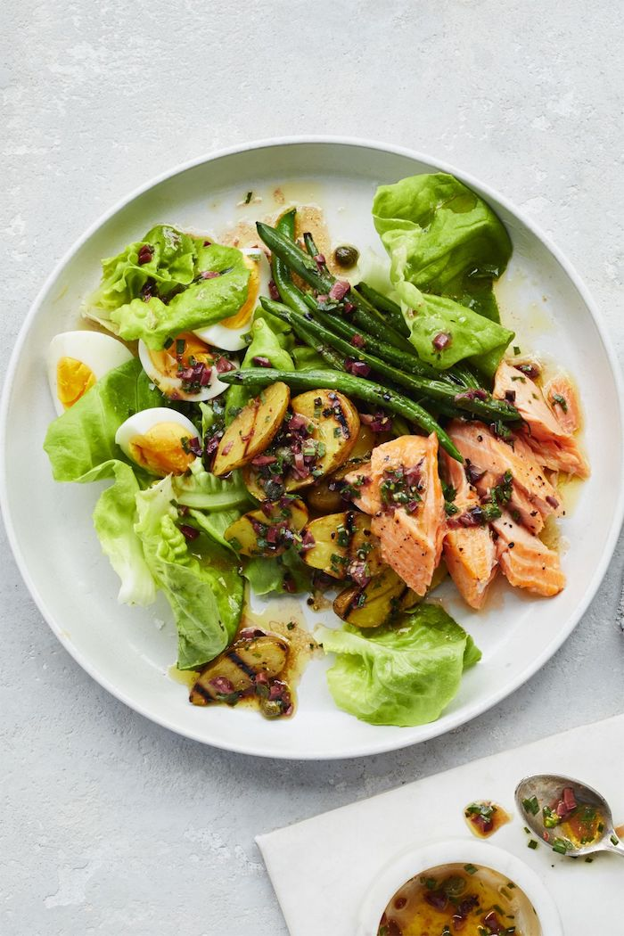 salade composée été avec deu saumon laitue oeufs pommes de terre et des haricots verts