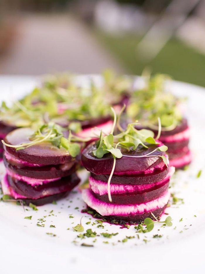 salade composée originale pour buffet froid des rondelles de betterave avec fromage chèvre avec des salades vertes
