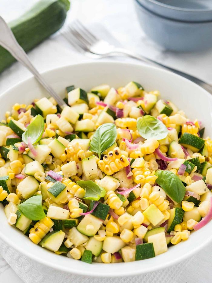 salade de courgettes avec du mais grillé et de la menthe fraiche aux oignons rouges recette entrée froide salade