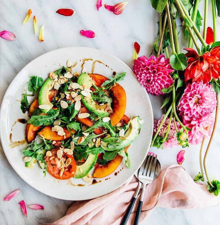 salade de tomates tranches de pêche et d avocat aux feuilles de roquette et des noix recette salade été fraiche