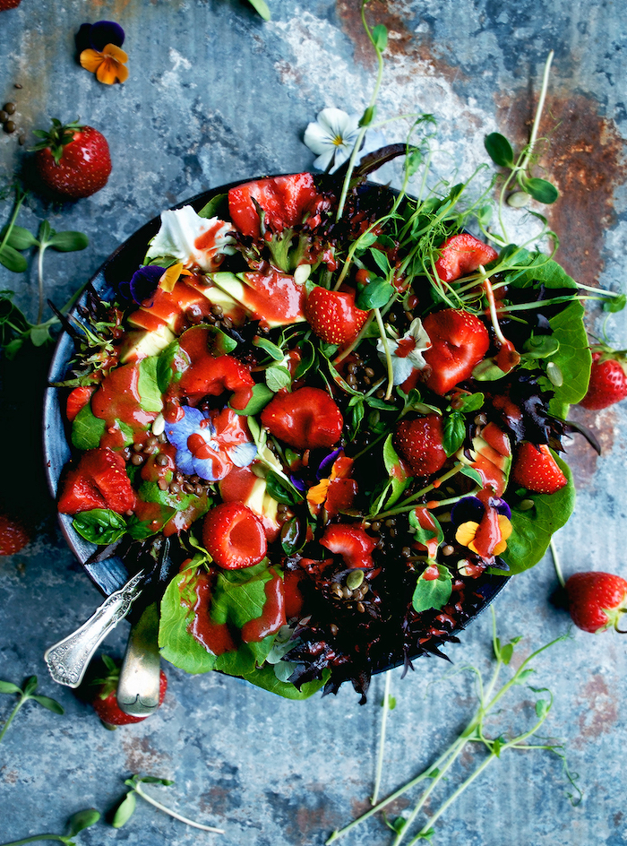 salade froide à la laitue et autres saldes vertes aux fraises et graines avec des fleurs comestibles recette salade d été
