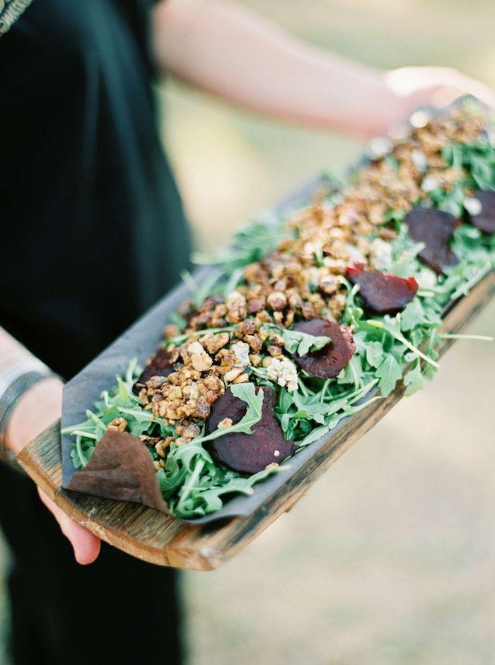 salade pour buffet froid à la roquette avec des noix et betterave cuite sur planche de bois recette apero dinatoire originale