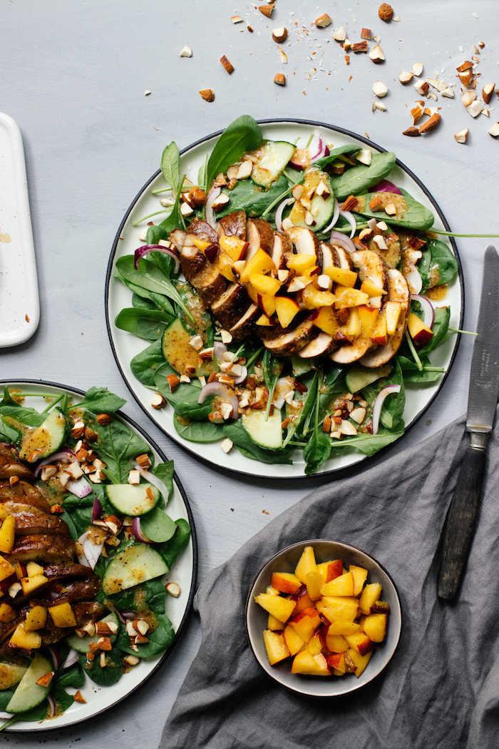 salade verte composée aux épinards avec steak de champignon portobello pêches concombres et noix dans assiette large