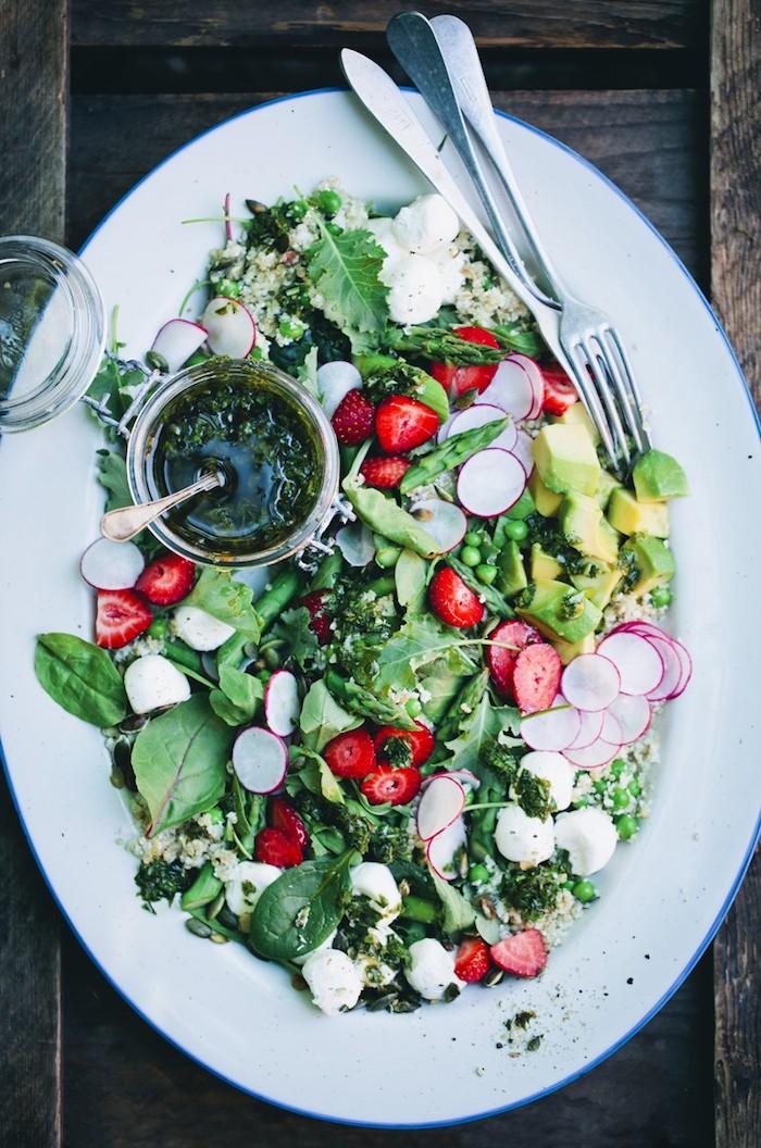 salade verte composée aux verdures radis fraises avocat et pesto avec de graines repas du soir équilibré