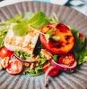 salades composées originales entrées froides canapé de roquette et épinards avec noix tomates cerises halloumi et pêches grillées