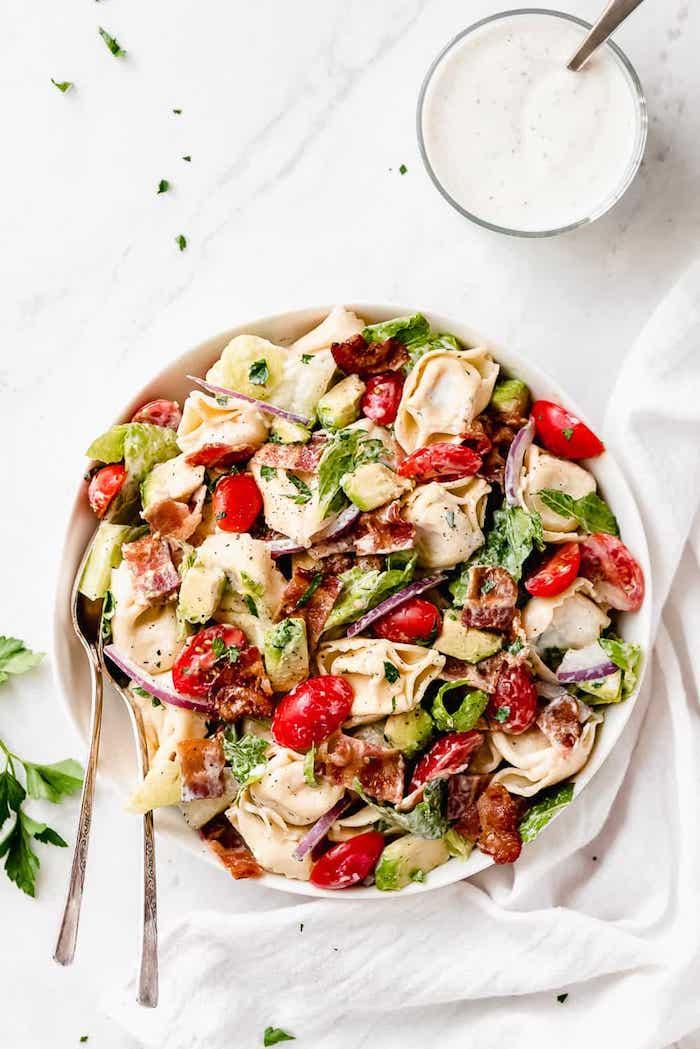 salades composées originales entrées froides salade aux pates avec bacon grillé tomates cerise laitue avocat et dressing cesar