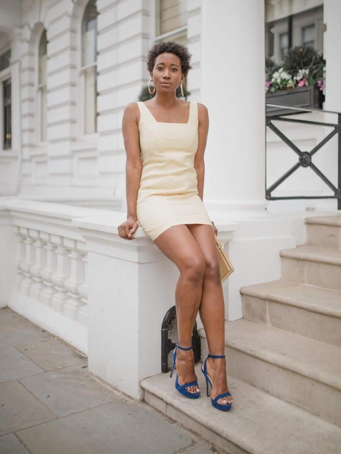 sandales à talons bleues tenue cérémonie mariage femme robe invité mariage été robe courte jaune pale boucles d oreilles créoles robe d'invité pour un mariage d'été