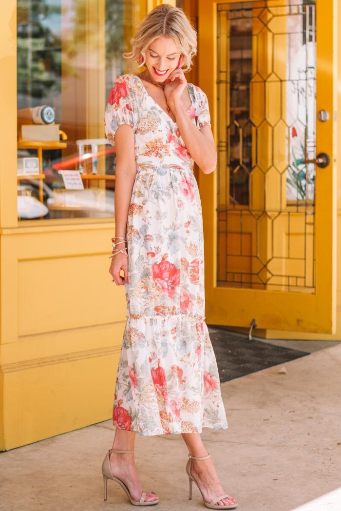 sandales à talons nude tenue habillée pour mariage robe longue cheville style rétro chic vintage robe décolleté en v manches courtes