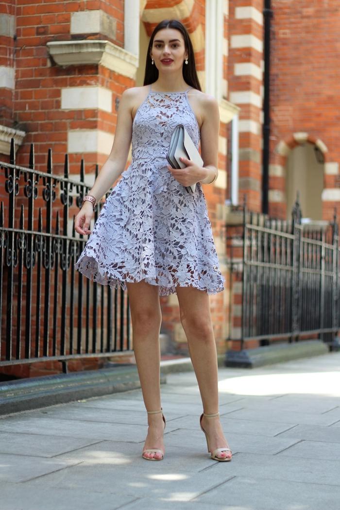 sandales à talons robe été courte tenue pour assister à un mariage boucles d oreilles perles robe bleu pastel broderie florale dentelle pochette
