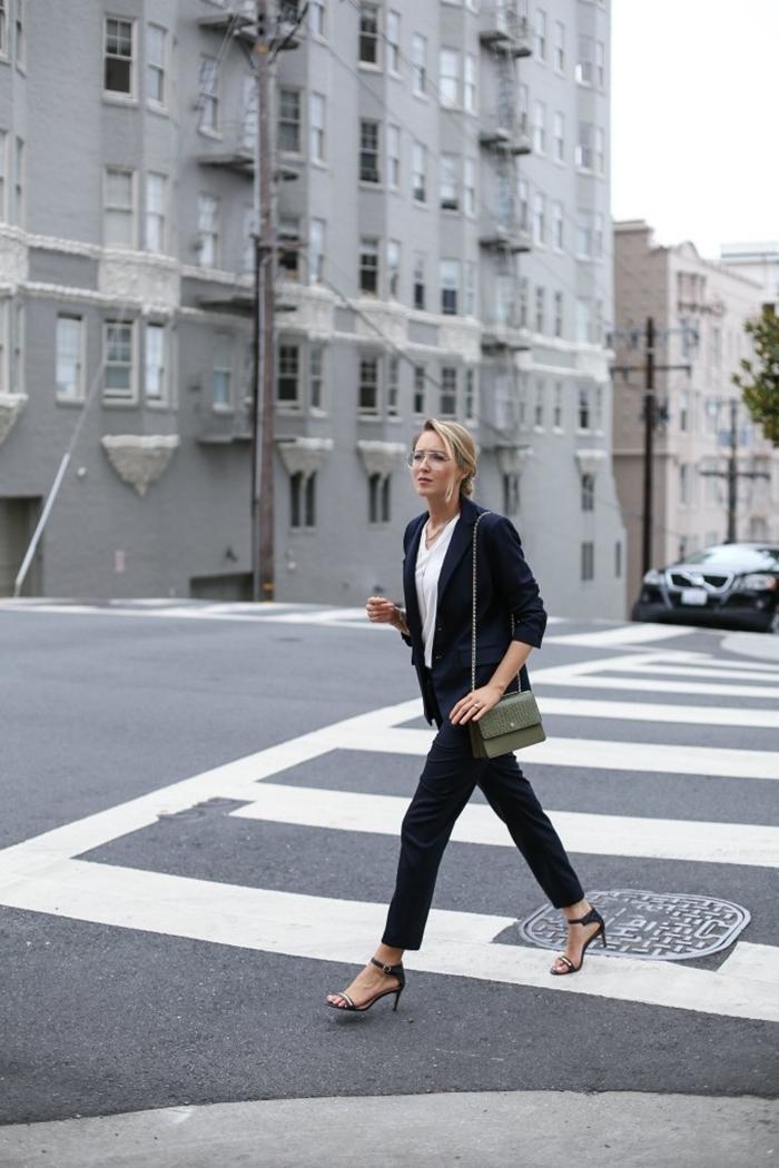 sandales talons sac bandoulière cuir vert kaki preppy look style vestimentaire femme bureau blazer bleu marine chemise blanche