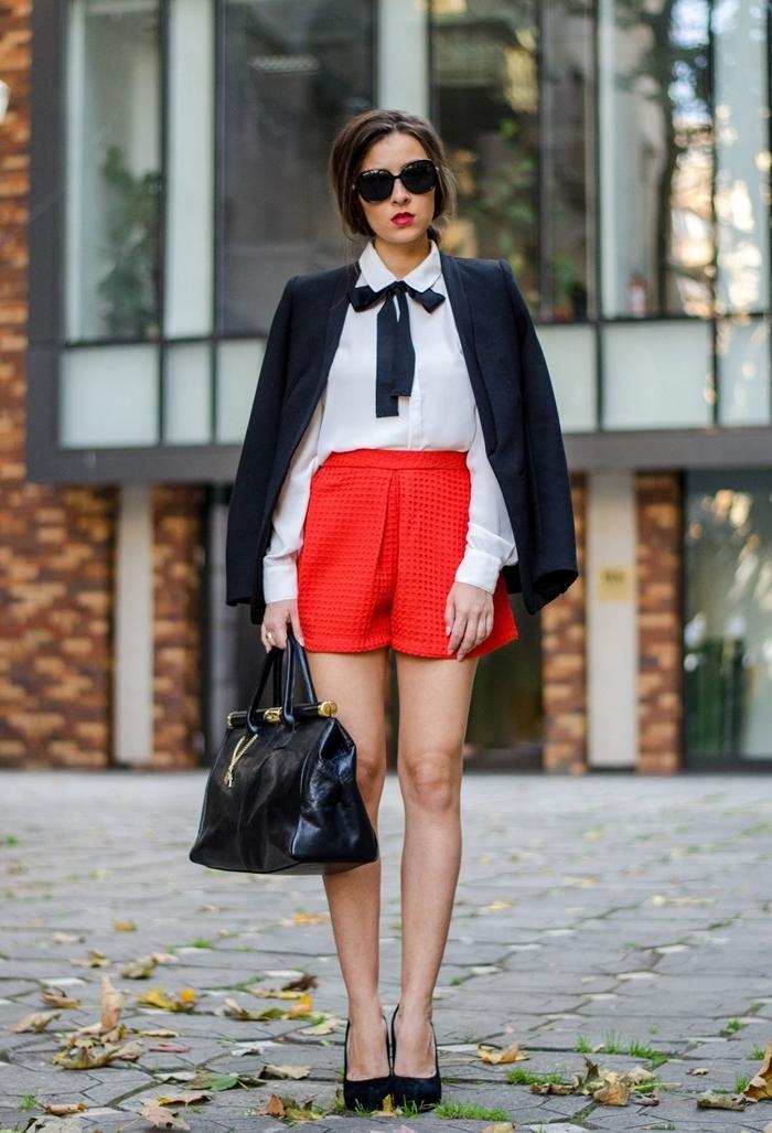 shorts rouge chemise blanche ruban noir papillon blazer bleu marine look chic femme sac à main cuir noir lunettes de soleil noires