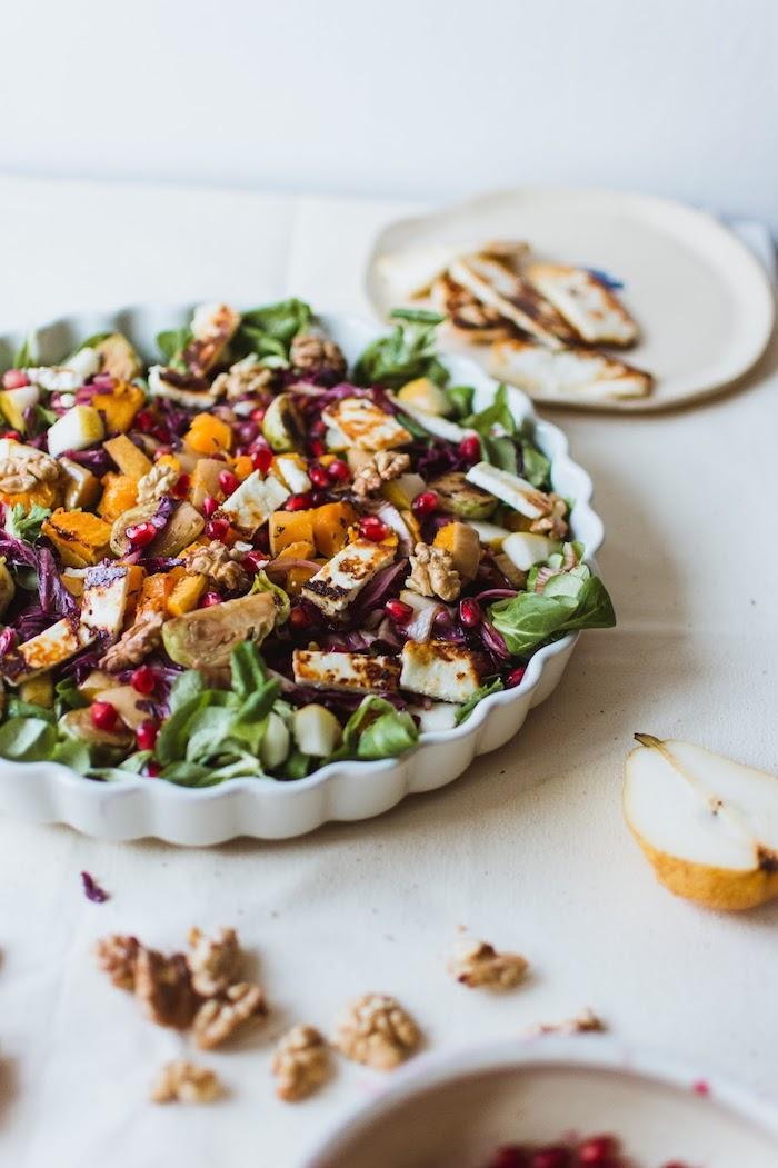 slaade aux épinards chou vert noix patate douce chou de bruxelles halloumi et grenade, salade composée d'été originale