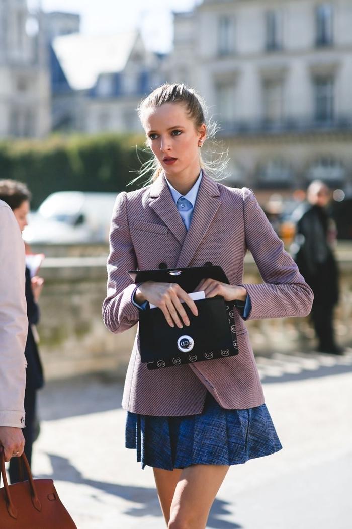 style bcbg vêtements femme blazer violet pastel chemise bleue col jupe plissée courte pochette cuir noir mode femme stylée