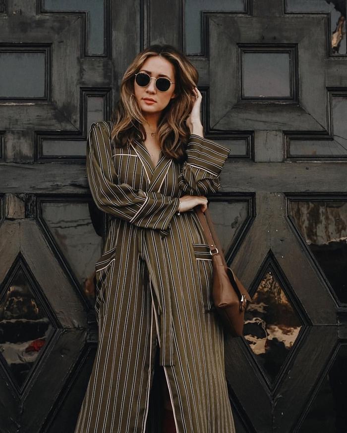 style chic femme vêtements bcbg sac à main cuir noir robe tunique longue motifs rayures poches lunettes de soleil accessoires