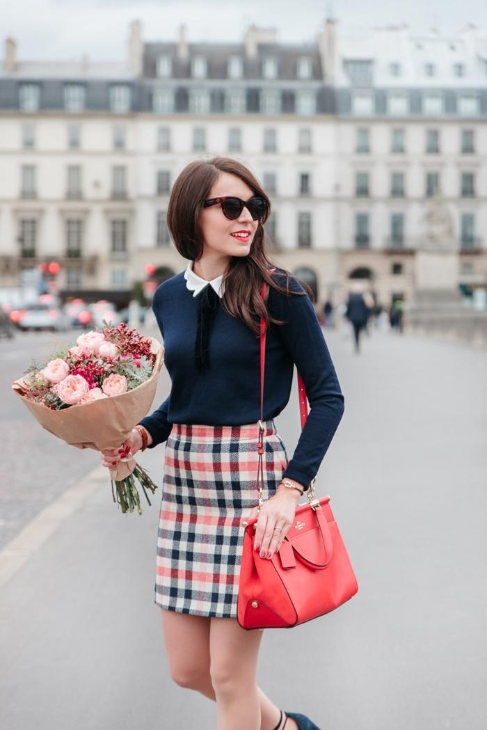 style classe femme jupe taille haute motifs carreaux jupe blanc et rouge sac à main cuir rouge blouse bleu marin col blanc chaussures talons