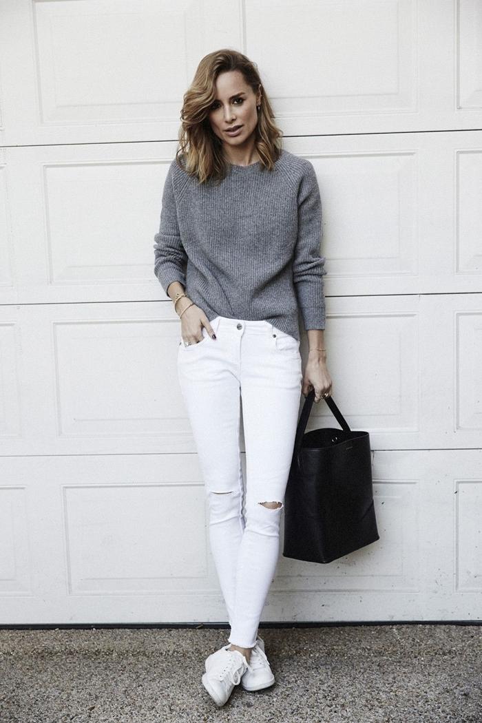 style classe femme pull gris jeans blancs look femme travail baskets blanches sac à main noir vêtements classique tenue femme