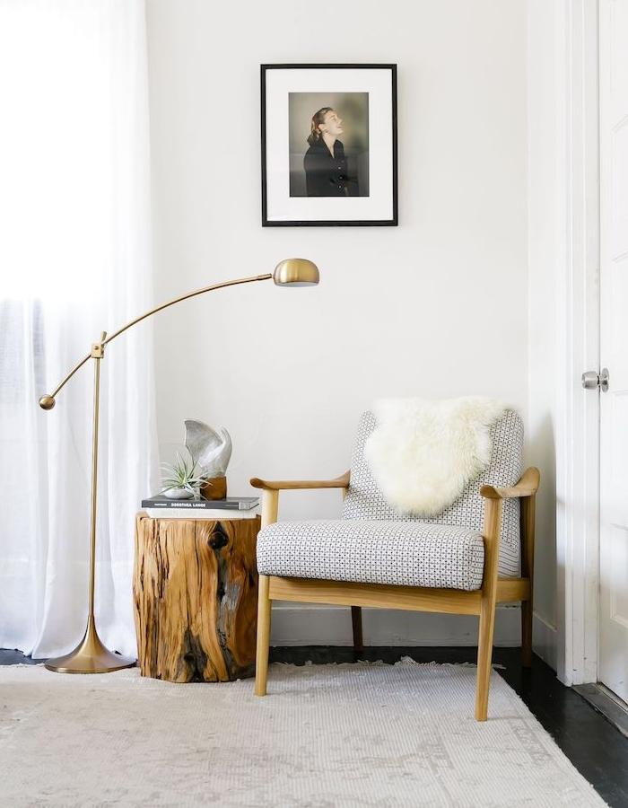 table rondin de bois et fauteuil de lecture confortable améangement coin lecture simple lampe laiton deco cocooning