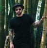 tee shirt couleur noire homme universelle à porter avec lantalon et chapeau noir pour un total look noir original