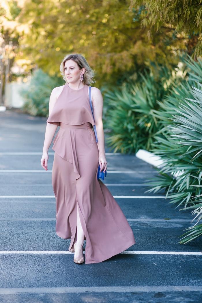 tenue élégante femme invitée robe ceremonie femme 50 ans sandales à talons nude sac bandoulière bleu boucles d oreilles pendentif robe pastel longue