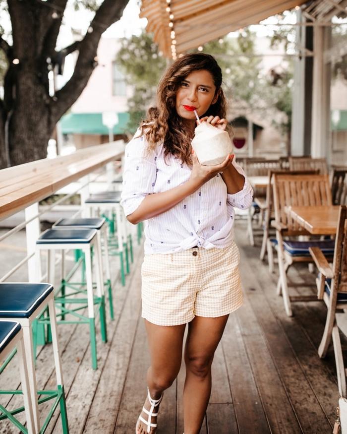 tenue élégante femme shorts blanc et jaune rayures motifs sandales plates blanches chemise blanche maquillage rouge à lèvre rouge