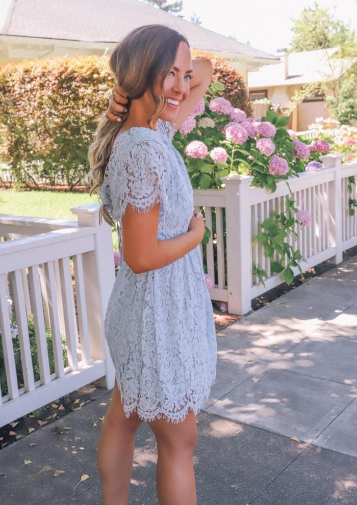 tenue été femme invitée robe longueur genoux manches courtes dentelle florale robe couleur bleu pastel comment s habiller pour un mariage