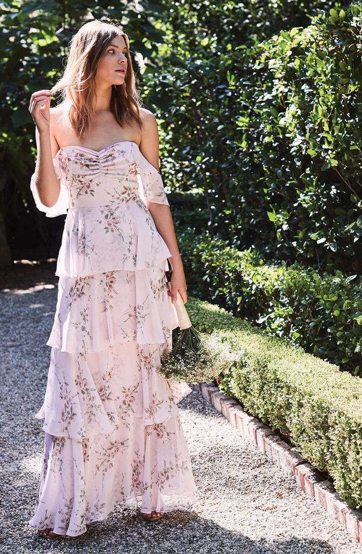 tenue boheme chic mode femme chic bustier coeur épaules dénudées manches courtes tombantes robe longue volants motifs floraux