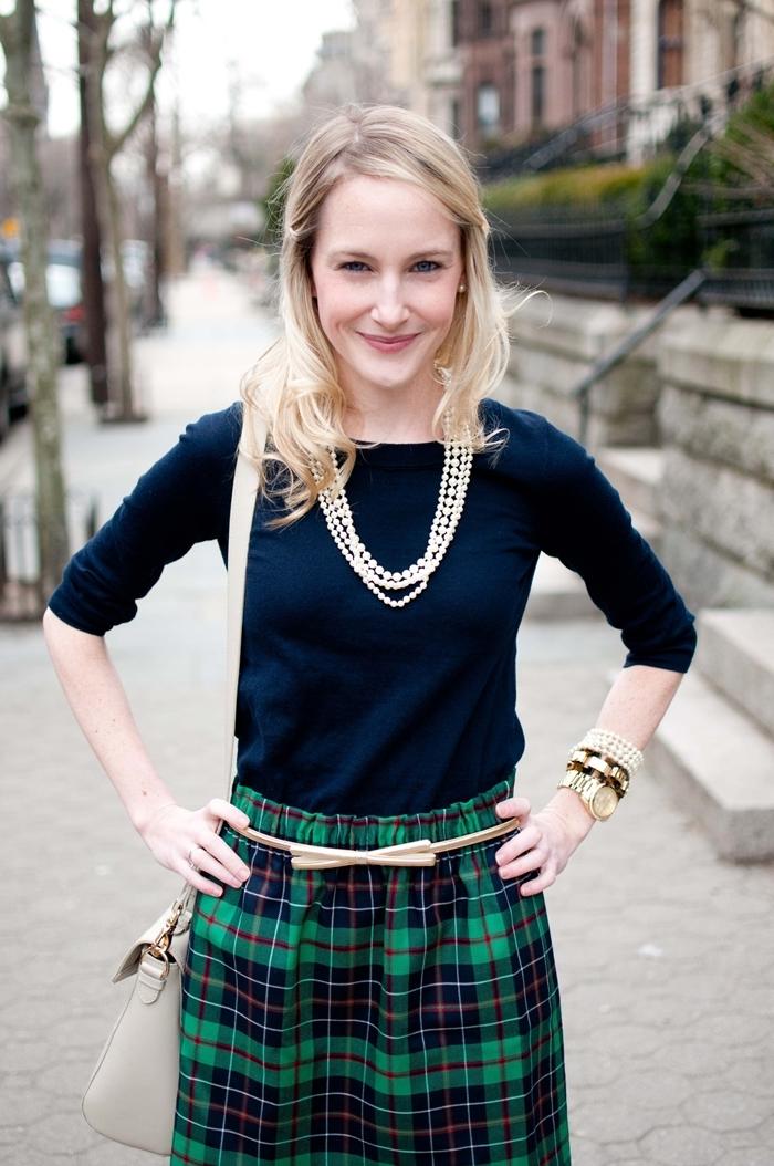 tenue classe femme blouse bleu marine jupe motifs plaid en vert et bleu marine ceinture beige sac à main gris clair accessoires bijoux or