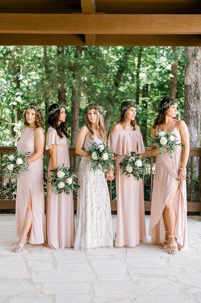 tenue femme invitée mariage bohème sandales talons argent robe fendue couleur nude bretelles robe pour mariage champetre