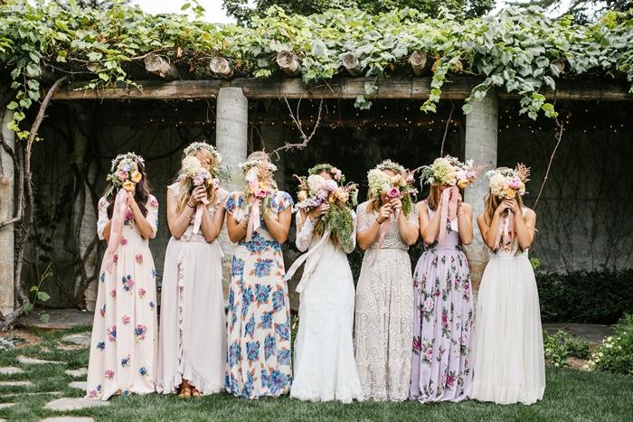 tenue mariage champetre imprimés fleuris vêtements femme invitée robe longue fluide couleur lavande couronne de fleurs coiffure