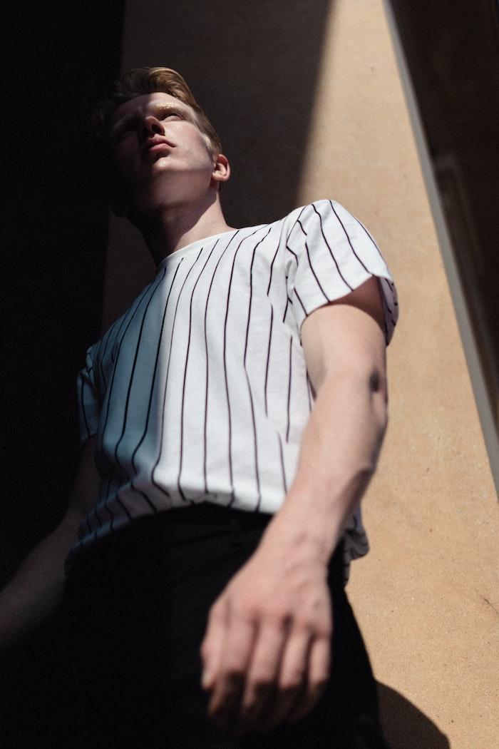 tenue style casual chic avec tee shirt à rayures et pantalon noir exemple de tenue chic homme moderne