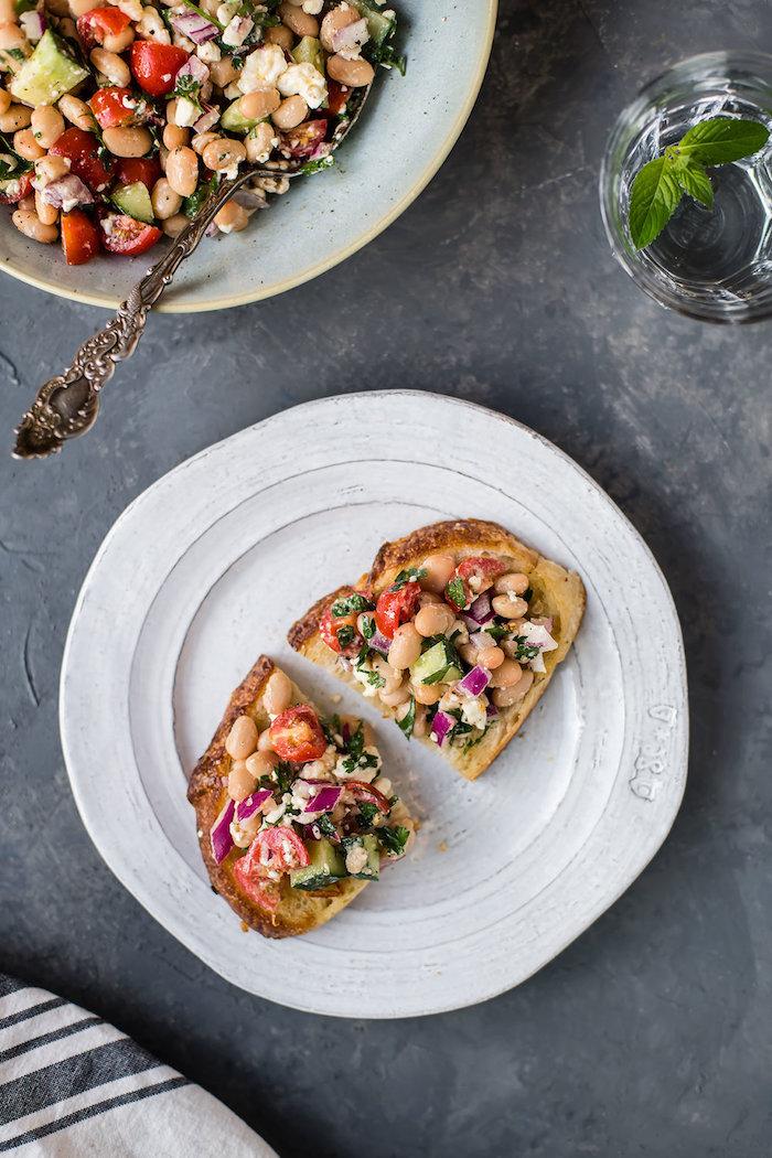 toast apero dinatoire original avec de la salade d haricots blancs tomates cerises concombres oignon rouge persil frais