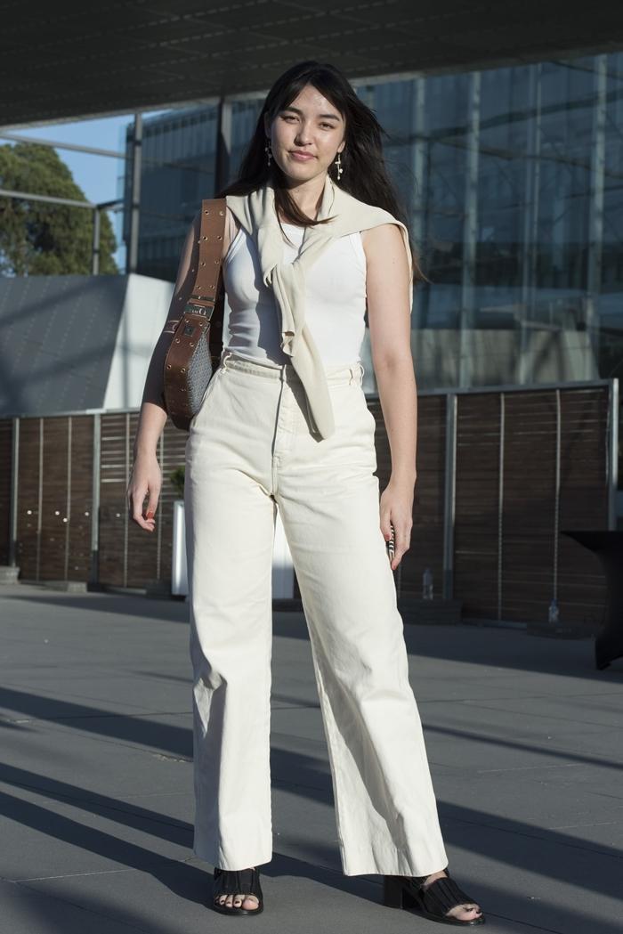 top débardeur blanc pantalon en toile beige taille haute blouse bon chic bon genre style vêtements femme classe sandales noires