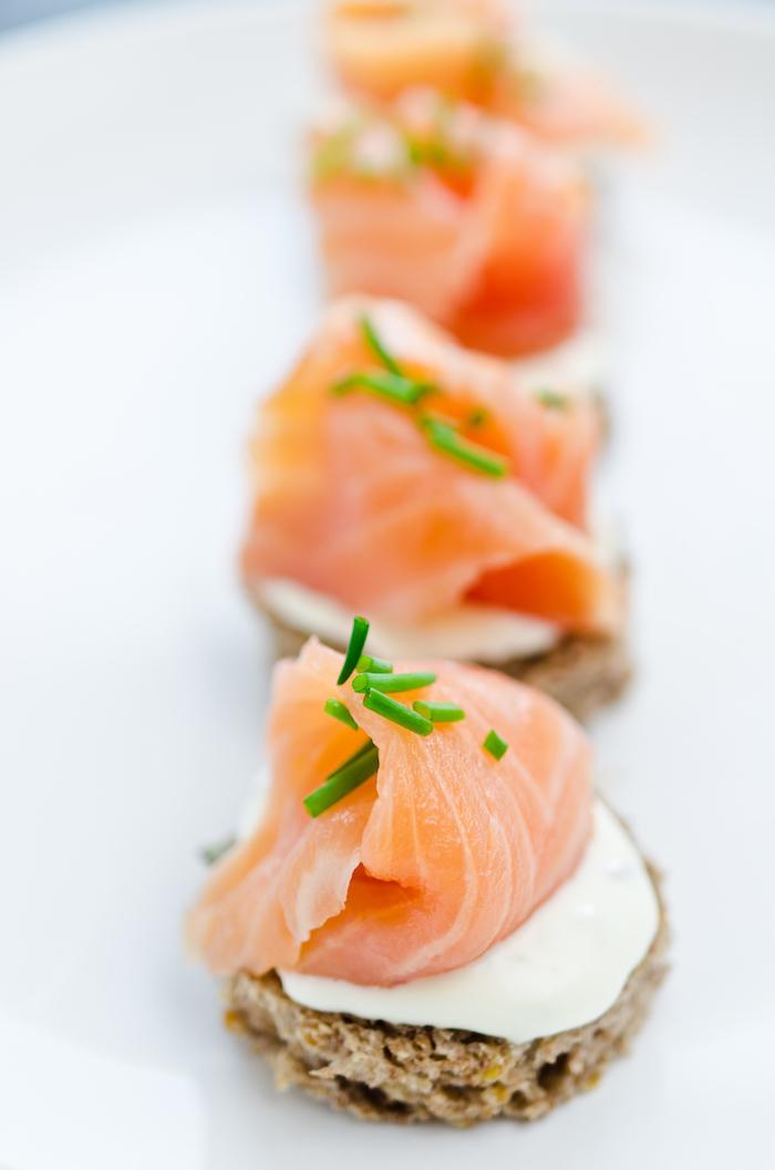 tranche de pain ronde avec fromage mozarella rondelle et saumon fumé apéritif dinatoire simple et rapide
