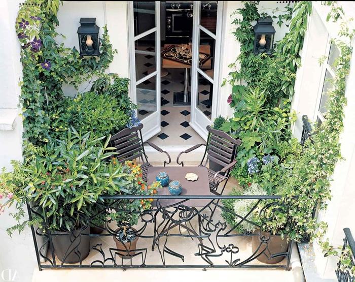 végétation petit jardin urbain décoration balcon meubles en fer forgé table chaises balcon brise vue feuillage plantes grimpantes plante brise-vue