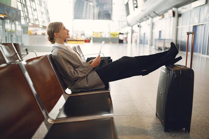 valises bagage voyage avion organisation documents vol départ femme aéroport préparation voyage destination