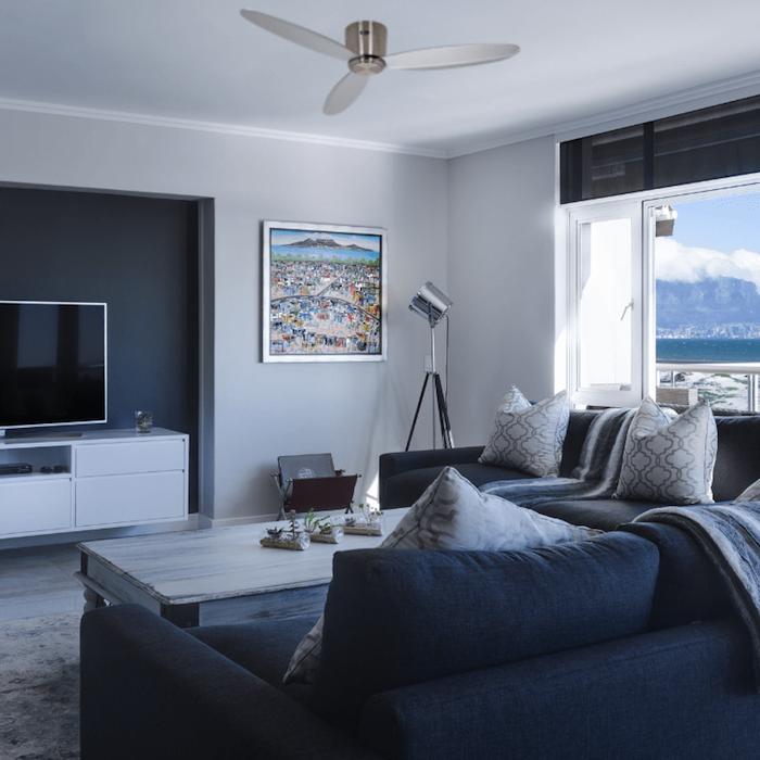 ventilateur de plafond eco plano dans un salon gris avec canapé gris foncé murs gris perle cadre tableau deco table basse bois brut
