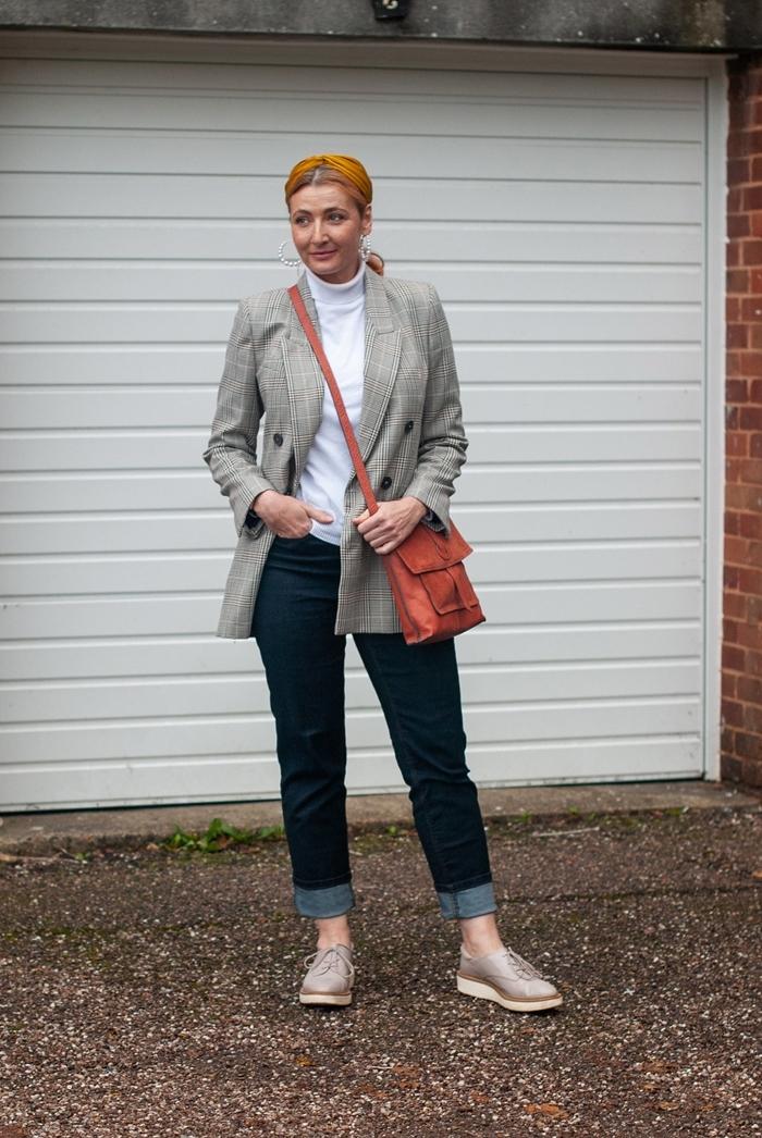 veste blazer gris clair pull polo blanc jeans foncés femme tenue chic femme vêtements femme style vestimentaire travail chaussures