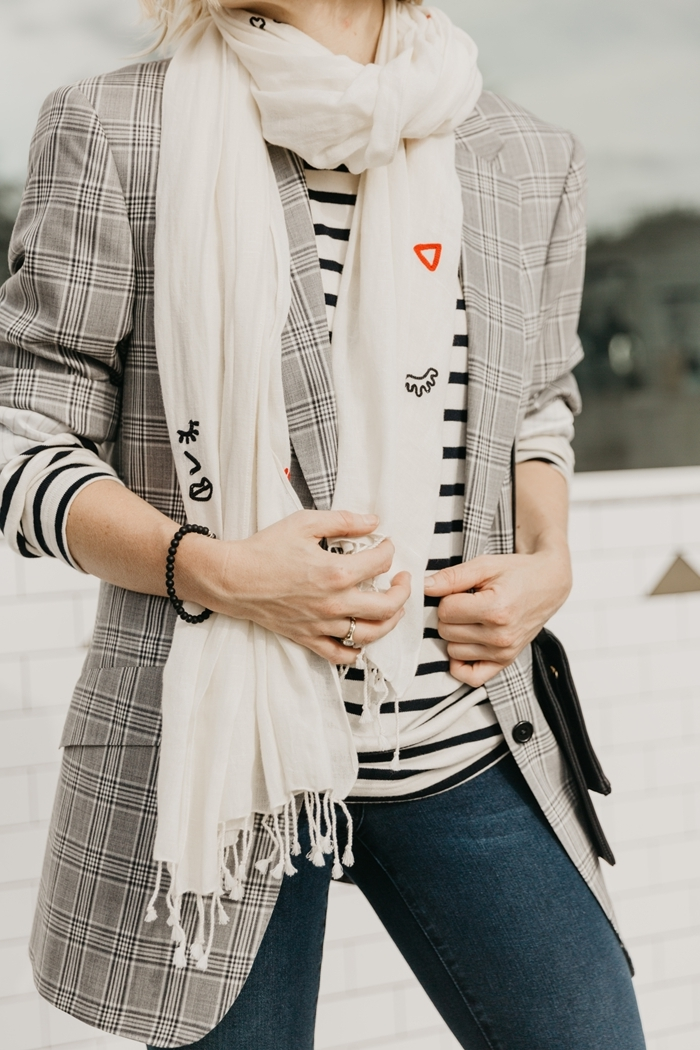 écharpe blanche à franges blouse motifs rayures blanc et noir jeans foncés slim fit femme tissu imprimé blazer femme