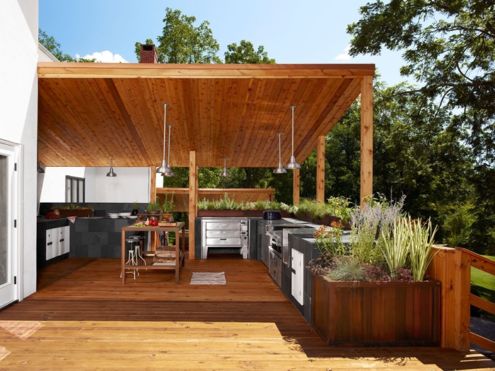éclairage extérieur décoration cuisine d été couverte en bois avec îlot meubles inox armoires gris anthracite plan de travail